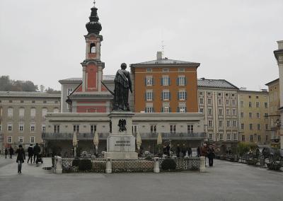 Mozartplatz met Glockenspiel restaurant